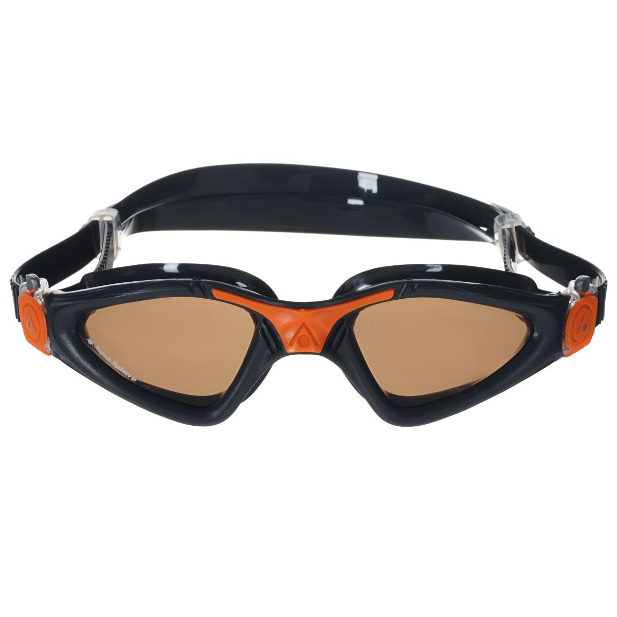 Очки для плавания Aqua Sphere Kayenne, поляризованные линзы, цвет: серый, оранжевыйTN172730Модные и стильные очки для плавания Aqua Sphere Kayenne идеально подходят для плавания в бассейне или открытой воде. Оснащены линзами с антизапотевающим покрытием, которые устойчивы к появлению царапин. Мягкий комфортный обтюратор плотно прилегает к лицу.Запатентованные изогнутые линзы дают прекрасный обзор на 180° - без искажений. Рамка имеет гидродинамическую форму. Очки оснащены удобными быстрорегулируемыми пряжками.Поляризованные линзы уменьшают блики, отраженные от блестящих поверхностей, таких как вода. В результате увеличивается цветовой контраст и уменьшаются блики. Изображения становятся резче и визуальное восприятие улучшается.Материал: софтерил, plexisol.