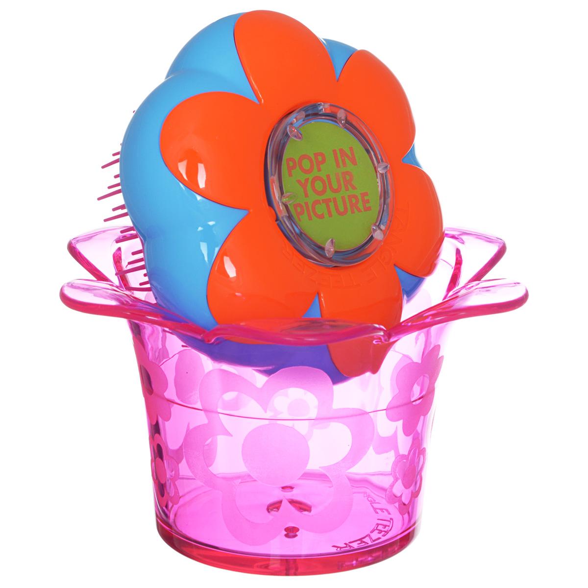 Tangle Teezer Расческа для волос Magic Flowerpot. Popping PurpleFP-PU-011212Детская распутывающая чудо-расческа Tangle Teezer Magic Flowerpot. Popping Purple идеально подходит для всех типов волос. Оригинальная форма зубчиков обеспечивает двойное действие и позволяет быстро и безболезненно расчесать влажные и сухие волосы, не нарушая структуру детских волос. Подходит детям от 3-х лет. Благодаря эргономичному дизайну, расческу удобно держать в руках, не опасаясь выскальзывания. Расческа дополнена оригинальной подставкой, в которой можно хранить различные резиночки и заколочки.Товар сертифицирован.