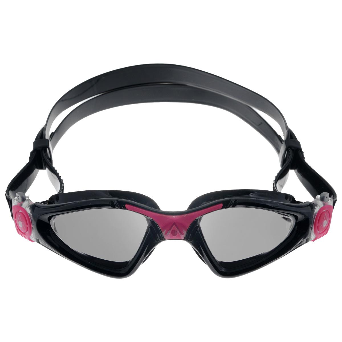 Очки для плавания Aqua Sphere Kayenne Lady, зеркальные линзы, цвет: черный, розовыйTN 172760Модные и стильные очки для плавания Aqua Sphere Kayenne Lady идеально подходят для плавания в бассейне или открытой воде. Оснащены линзами с антизапотевающим покрытием, которые устойчивы к появлению царапин. Мягкий комфортный обтюратор плотно прилегает к лицу. Запатентованные изогнутые линзы дают прекрасный обзор на 180° - без искажений. Рамка имеет гидродинамическую форму. Очки оснащены удобными быстрорегулируемыми пряжками. Зеркальные линзы снижают яркость и блики, что делает их идеальными для условий с высоким уровнем освещенности (прямые лучи солнечного света). Металлизированное покрытие наносят поверх темной линзы, в результате чего максимально снижается световая нагрузка на глаза. Материал: софтерил, plexisol.
