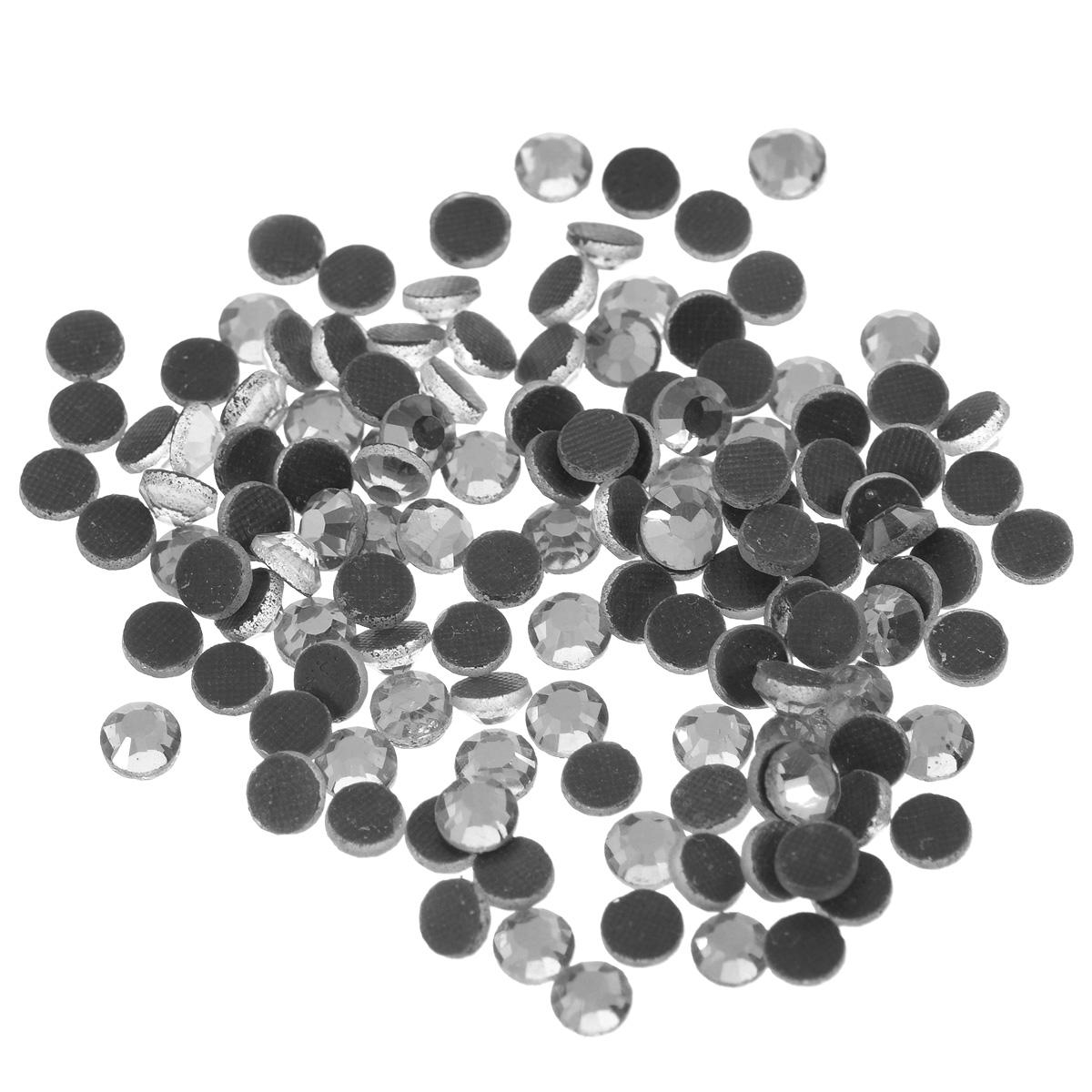 Стразы термоклеевые Cristal, цвет: серебристый, диаметр 4,8 мм, 144 шт7706832_сереброНабор термоклеевых страз Cristal, изготовленный из высококачественного акрила, позволит вам украсить одежду, аксессуары или текстиль. Яркие стразы имеют плоское дно и круглую поверхность с гранями.Дно термоклеевых страз уже обработано особым клеем, который под воздействием высоких температур начинает плавиться, приклеиваясь, таким образом, к требуемой поверхности. Чаще всего их используют в текстильной промышленности: стразы прикладывают к ткани и проглаживают утюгом с обратной стороны. Также можно использовать специальный паяльник. Украшение стразами поможет сделать любую вещь оригинальной и неповторимой. Диаметр стразы: 4,8 мм.