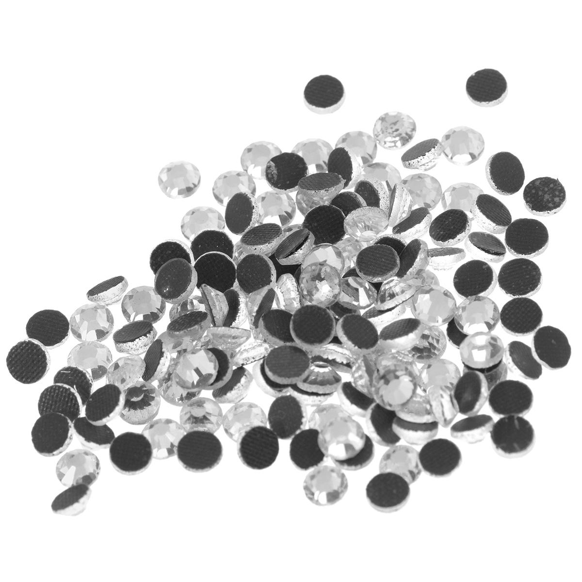 Стразы термоклеевые Cristal, цвет: белый (001), диаметр 4 мм, 144 шт7706832_001Набор термоклеевых страз Cristal, изготовленный из высококачественного акрила, позволит вам украсить одежду, аксессуары или текстиль. Яркие стразы имеют плоское дно и круглую поверхность с гранями.Дно термоклеевых страз уже обработано особым клеем, который под воздействием высоких температур начинает плавиться, приклеиваясь, таким образом, к требуемой поверхности. Чаще всего их используют в текстильной промышленности: стразы прикладывают к ткани и проглаживают утюгом с обратной стороны. Также можно использовать специальный паяльник. Украшение стразами поможет сделать любую вещь оригинальной и неповторимой. Диаметр стразы: 4 мм.