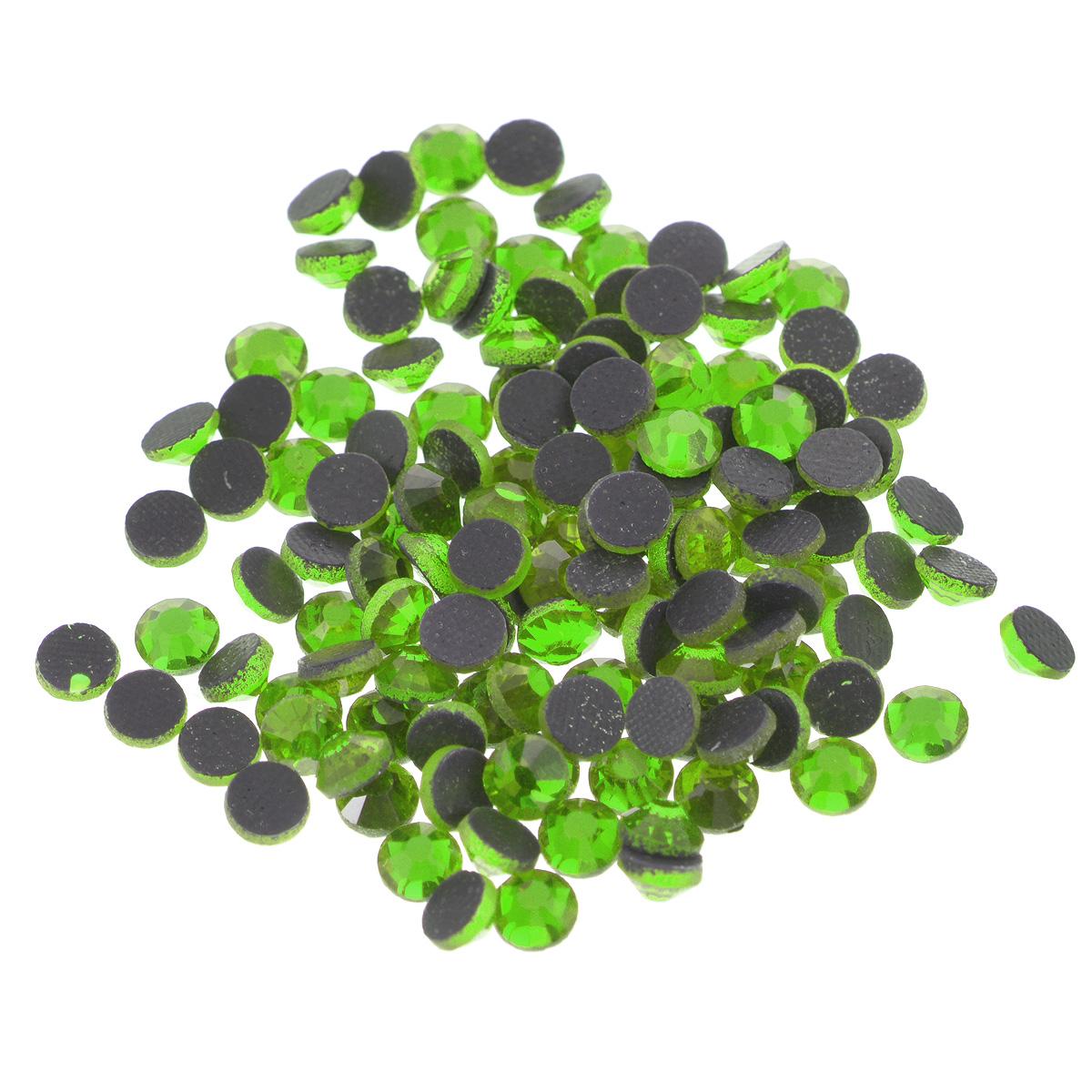 Стразы термоклеевые Cristal, цвет: светло-зеленый (214), диаметр 4,8 мм, 144 шт7706832_214Набор термоклеевых страз Cristal, изготовленный из высококачественного акрила, позволит вам украсить одежду, аксессуары или текстиль. Яркие стразы имеют плоское дно и круглую поверхность с гранями.Дно термоклеевых страз уже обработано особым клеем, который под воздействием высоких температур начинает плавиться, приклеиваясь, таким образом, к требуемой поверхности. Чаще всего их используют в текстильной промышленности: стразы прикладывают к ткани и проглаживают утюгом с обратной стороны. Также можно использовать специальный паяльник. Украшение стразами поможет сделать любую вещь оригинальной и неповторимой. Диаметр стразы: 4,8 мм.