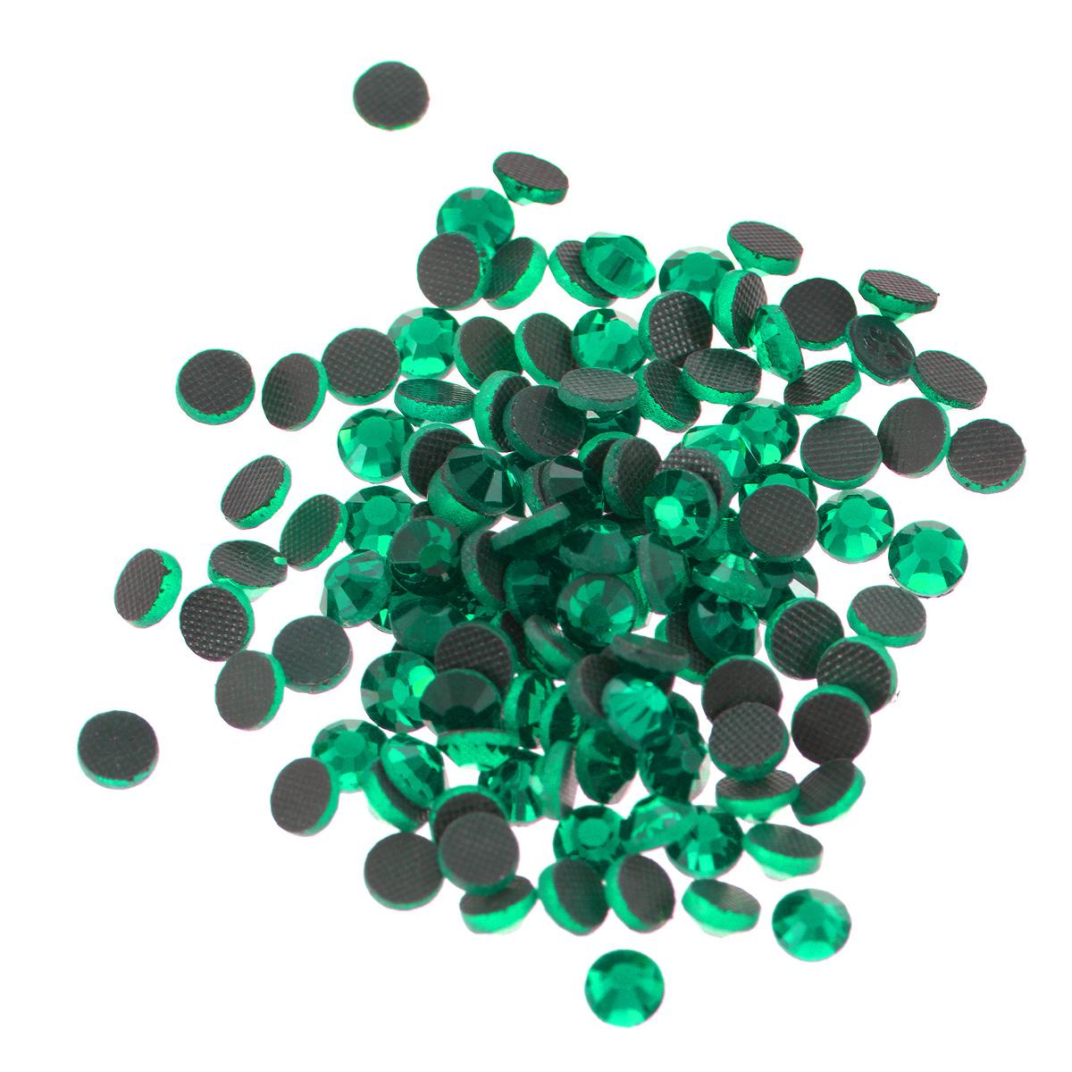 Стразы термоклеевые Cristal, цвет: зеленый (205), диаметр 4,8 мм, 144 шт7706832_205Набор термоклеевых страз Cristal, изготовленный из высококачественного акрила, позволит вам украсить одежду, аксессуары или текстиль. Яркие стразы имеют плоское дно и круглую поверхность с гранями.Дно термоклеевых страз уже обработано особым клеем, который под воздействием высоких температур начинает плавиться, приклеиваясь, таким образом, к требуемой поверхности. Чаще всего их используют в текстильной промышленности: стразы прикладывают к ткани и проглаживают утюгом с обратной стороны. Также можно использовать специальный паяльник. Украшение стразами поможет сделать любую вещь оригинальной и неповторимой. Диаметр стразы: 4,8 мм.