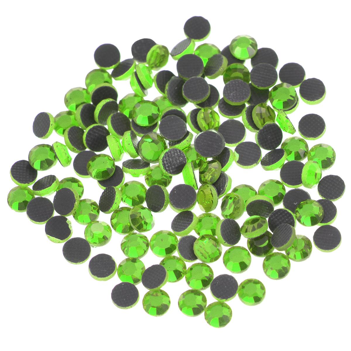 Стразы термоклеевые Cristal, цвет: светло-зеленый (214), диаметр 4 мм, 144 шт7706831_214Набор термоклеевых страз Cristal, изготовленный из высококачественного акрила, позволит вам украсить одежду, аксессуары или текстиль. Яркие стразы имеют плоское дно и круглую поверхность с гранями.Дно термоклеевых страз уже обработано особым клеем, который под воздействием высоких температур начинает плавиться, приклеиваясь, таким образом, к требуемой поверхности. Чаще всего их используют в текстильной промышленности: стразы прикладывают к ткани и проглаживают утюгом с обратной стороны. Также можно использовать специальный паяльник. Украшение стразами поможет сделать любую вещь оригинальной и неповторимой. Диаметр стразы: 4 мм.