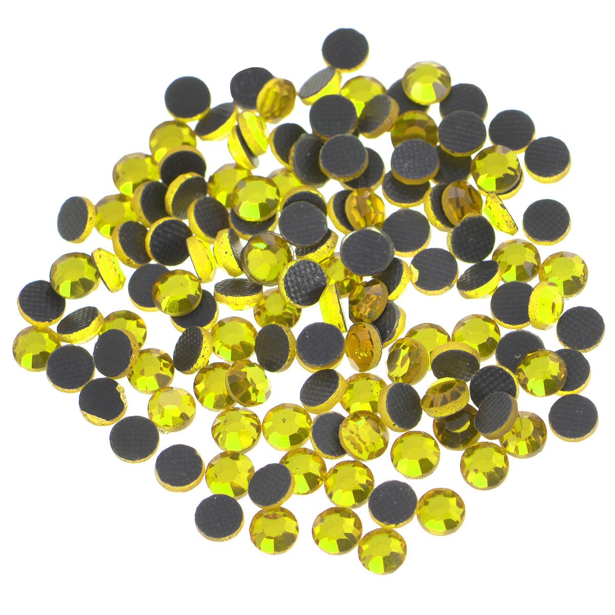 Стразы термоклеевые Cristal, цвет: желтый (249), диаметр 4 мм, 144 шт7706831_249Набор термоклеевых страз Cristal, изготовленный из высококачественного акрила, позволит вам украсить одежду, аксессуары или текстиль. Яркие стразы имеют плоское дно и круглую поверхность с гранями.Дно термоклеевых страз уже обработано особым клеем, который под воздействием высоких температур начинает плавиться, приклеиваясь, таким образом, к требуемой поверхности. Чаще всего их используют в текстильной промышленности: стразы прикладывают к ткани и проглаживают утюгом с обратной стороны. Также можно использовать специальный паяльник. Украшение стразами поможет сделать любую вещь оригинальной и неповторимой. Диаметр стразы: 4 мм.