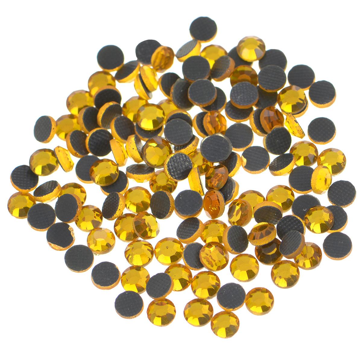 Стразы термоклеевые Cristal, цвет: топаз (203), диаметр 4 мм, 144 шт7706831_203Набор термоклеевых страз Cristal, изготовленный из высококачественного акрила, позволит вам украсить одежду, аксессуары или текстиль. Яркие стразы имеют плоское дно и круглую поверхность с гранями.Дно термоклеевых страз уже обработано особым клеем, который под воздействием высоких температур начинает плавиться, приклеиваясь, таким образом, к требуемой поверхности. Чаще всего их используют в текстильной промышленности: стразы прикладывают к ткани и проглаживают утюгом с обратной стороны. Также можно использовать специальный паяльник. Украшение стразами поможет сделать любую вещь оригинальной и неповторимой. Диаметр стразы: 4 мм.
