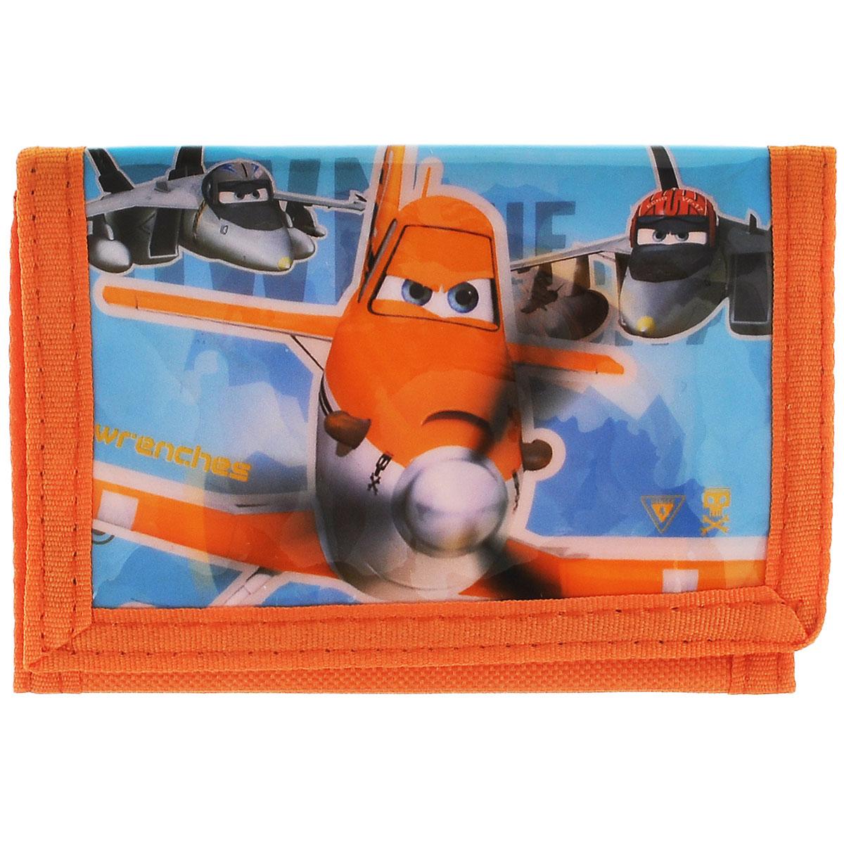Кошелек детский Planes, цвет: оранжевый. D86120D86120Яркий, красивый кошелек для мальчиков Planes оформленный в стиле знаменитого мультфильма Самолеты от студии Disney обязательно понравится вашему ребенку. Кошелек имеет одно главное отделение, застегивается на липучку. На задней стороне кошелька есть внешний карман на молнии. Бегунок молнии сделан в виде монетки с цифрой 7. Внутри кошелька также имеются 4 кармашка. Кошелек сделан из качественных и прочных материалов и не порвется, а это значит, что малыш может не переживать за свои сбережения.