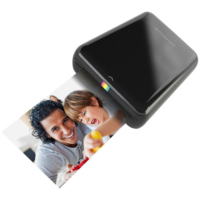 Polaroid Zip, Black карманный принтерPOLMP01BМобильный принтер Polaroid Zip создан для быстрой печати фотографий со смартфонов и планшетов под управлением iOS и Android. Устройство позволяет распечатать любую фотографию размером 2х3 дюйма (5х7,6 см). Polaroid Zip подключается к смартфонам и планшетам по NFC или Bluetooth 4.0 с помощью специального приложения-компаньона, которое позволяет не только печатать фото, но и вносить некоторые изменения предварительно. Принтер основан на бесчернильной технологии печати Zero Ink Printing. Одного заряда аккумулятора хватает, чтобы напечатать 25 фотографий.Питание: встроенный li-pol аккумулятор 500 мАчВремя зарядки: 1,5 часаСтруйный или лазерный принтер: какой лучше? Статья OZON Гид