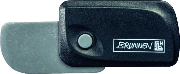 Brunnen Ластик Клик, цвет: черный29967-90\BCDАвтоматический ластик Brunnen Клик станет незаменимым аксессуаром на рабочем столе не только школьника или студента, но и офисного работника. Ластик в пластиковом прямоугольном корпусе черного цвета. На корпусе имеются отверстия для подвесок и брелоков. Ластик выдвигается из корпуса с приятным приглушенным щелчком (сбоку на корпусе есть кнопка для выдвижения ластика). Выдвигающийся ластик имеет прямоугольную форму со слегка закругленным одним краем.