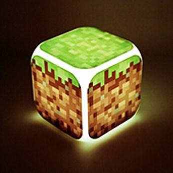 Minecraft Часы настольные пиксельные с подсветкой Блок землиN03350Настольные часы Minecraft своим эксклюзивным дизайном подчеркнут оригинальность интерьера вашего дома. Изделие выполнено в виде блока с надписями ТНТ. Часы создающие настроение. Это - светильник, часы, будильник. Семь оттенков мягкой подсветки, термометр и календарь. Все данные отображаются на ЖК-дисплее.Настольные часы Minecraft станут прекрасным аксессуаром для вашего дома, либо прекрасным подарком, который обязательно понравится получателю. Необходимо докупить 4 батарейки типа ААА (в комплект не входят).