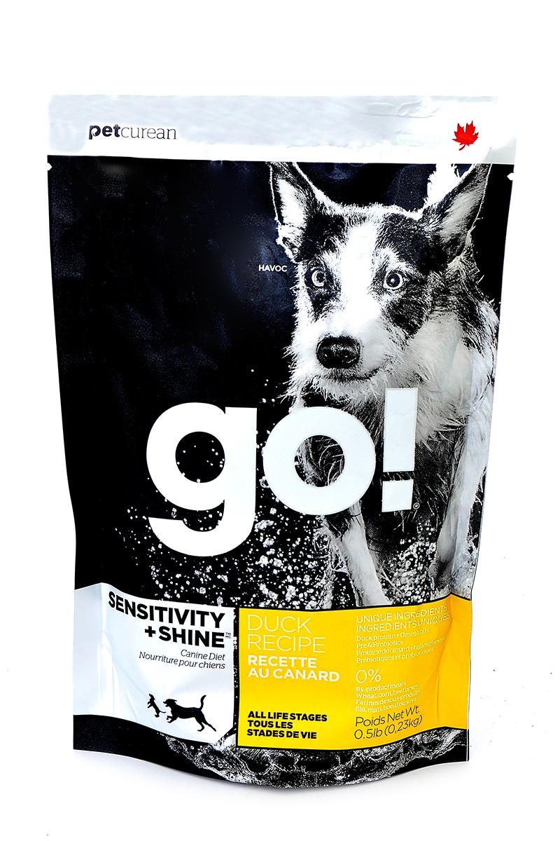 Корм сухой GO! Sensitivity + Shine для щенков и собак, с цельной уткой и овсянкой, 230 г10092Сухой корм GO! - полностью сбалансированный холистик корм из цельной утки и овсянки. Утка - единственный источник белка, что идеально подходит собакам с чувствительным пищеварением, склонным к аллергиям, и собакам с длинной роскошной шерстью. Ключевые преимущества: - не содержит ГМО, гормонов, субпродуктов, красителей, искусственных консервантов, - не содержит говядины, пшеницы, кукурузы, сои, - пробиотики и пребиотики обеспечивают здоровое пищеварение, - омега-масла в составе необходимы для здоровой кожи и шерсти, - антиоксиданты укрепляют иммунную систему, - сложные углеводы - отличный источник энергии. Состав: свежее мясо утки, овсяные хлопья, картофель, цельный овес, филе утки, рапсовое масло (кисточник витамина E), яблоки, натуральный ароматизатор, семена льна, лебеда, зерна камута, карбонат кальция, хлорид калия, хлорид натрия, сушеные водоросли, витамины (витамин А, витамин D3, витамин Е, инозитол, ниацин, L-аскорбил-2-полифосфатов (источник витамина С), D-пантотенат кальция, мононитрат тиамина, бета-каротин, рибофлавин, пиридоксин гидрохлорид, фолиевая кислота , биотин, витамин В12), минералы (цинк метионин комплекс, протеинат цинка, протеинат железа, протеинат меди, оксид цинка, протеинат марганца, сульфат меди, сульфат железа, йодат кальция, оксид марганца, селена, дрожжи), корень цикория, L-лизин, Lactobacillus, Enterococcusfaecium, Aspergillus, экстракт Юкка Шидигера, сушеный розмарин.Гарантированный анализ: белки - 22%, жиры - 12%, клетчатка - 3,5%, влажность - 10%, кальций - 0,9%, фосфор - 0,65%, жирные кислоты Омега 6 - 1,8%, жирные кислоты Омега 3 - 0,36%, лактобактерии (Lactobacillus acidophilus, Enterococcus faecium) - 90000000 cfu/lb. Калорийность: 3649 ккал/кг. Вес: 230 г. Товар сертифицирован.