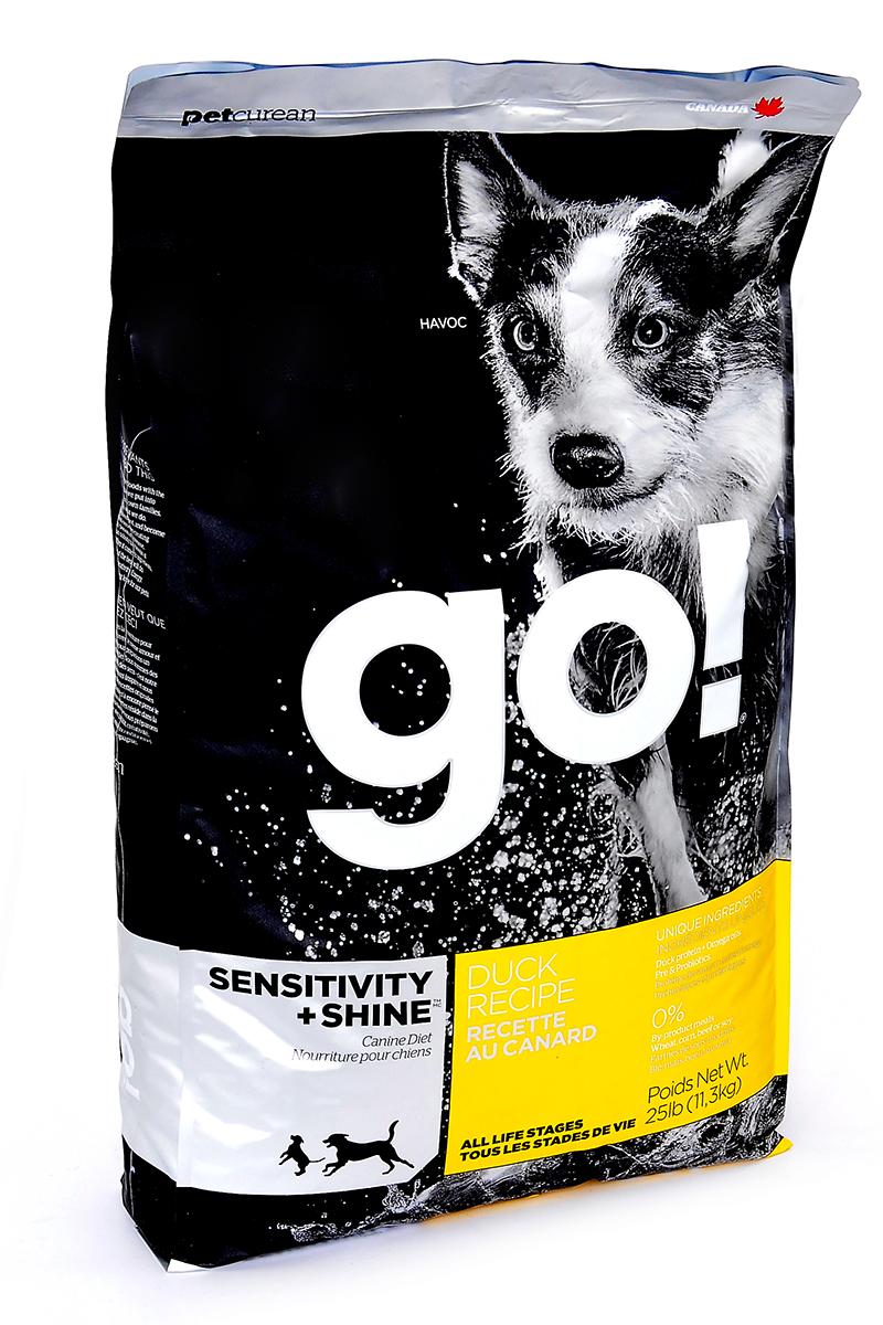 Корм сухой GO! Sensitivity + Shine для щенков и собак, с цельной уткой и овсянкой, 11,3 кг10095Сухой корм GO! - полностью сбалансированный холистик корм из цельной утки и овсянки. Утка - единственный источник белка, что идеально подходит собакам с чувствительным пищеварением, склонным к аллергиям, и собакам с длинной роскошной шерстью. Ключевые преимущества: - не содержит ГМО, гормонов, субпродуктов, красителей, искусственных консервантов, - не содержит говядины, пшеницы, кукурузы, сои, - пробиотики и пребиотики обеспечивают здоровое пищеварение, - омега-масла в составе необходимы для здоровой кожи и шерсти, - антиоксиданты укрепляют иммунную систему, - сложные углеводы - отличный источник энергии. Состав: свежее мясо утки, овсяные хлопья, картофель, цельный овес, филе утки, рапсовое масло (кисточник витамина E), яблоки, натуральный ароматизатор, семена льна, лебеда, зерна камута, карбонат кальция, хлорид калия, хлорид натрия, сушеные водоросли, витамины (витамин А, витамин D3, витамин Е, инозитол, ниацин, L-аскорбил-2-полифосфатов (источник витамина С), D-пантотенат кальция, мононитрат тиамина, бета-каротин, рибофлавин, пиридоксин гидрохлорид, фолиевая кислота , биотин, витамин В12), минералы (цинк метионин комплекс, протеинат цинка, протеинат железа, протеинат меди, оксид цинка, протеинат марганца, сульфат меди, сульфат железа, йодат кальция, оксид марганца, селена, дрожжи), корень цикория, L-лизин, Lactobacillus, Enterococcusfaecium, Aspergillus, экстракт Юкка Шидигера, сушеный розмарин.Гарантированный анализ: белки - 22%, жиры - 12%, клетчатка - 3,5%, влажность - 10%, кальций - 0,9%, фосфор - 0,65%, жирные кислоты Омега 6 - 1,8%, жирные кислоты Омега 3 - 0,36%, лактобактерии (Lactobacillus acidophilus, Enterococcus faecium) - 90000000 cfu/lb. Калорийность: 3649 ккал/кг. Вес: 11,3 кг. Товар сертифицирован.Расстройства пищеварения у собак: кто виноват и что делать. Статья OZON ГидЧем кормить пожилых собак: советы ветеринара. Статья OZON Гид