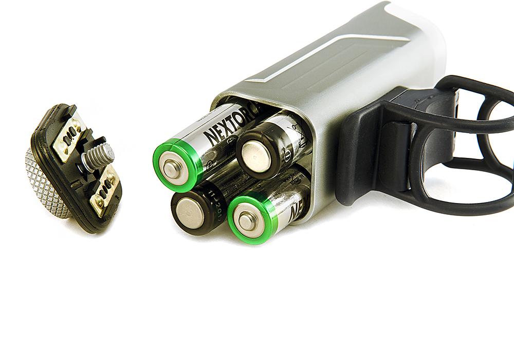 Мощный светодиод CREE XP-G2 R5, 450 люмен  4 режима работы: 100%, 60%, 20% и строб Элементы питания: 4 х АА (R6), в комплекте.   Влагозащищенность корпуса IPX-6 Дальность луча: 60 м Ударопрочность: падение с высоты 1 м Материал корпуса: твердоанодированный корпус из авиационного алюминия 6061- Т6 Удобный резиновый ремешок для крепления на руле Габаритные размеры: 100 х 35 х 34 мм Вес: 116 гр (без батареек)  Оптическая система (прямоугольная прожекторная линза) предусматривает оптимальную яркость и светоотдачу, формирует мощный широкий луч и осуществляет освещение всей дороги для большей видимости. Широкий угол свечения (160 градусов) и освещение всей дороги для большей видимости гарантирует комфорт и безопасность велосипедиста.  Противослепящая конструкция. Освещение дороги происходит без причинения каких-либо неудобств пешеходам и встречным водителям. Гибкий резиновый ремешок. Система крепления, которая не требует дополнительных инструментов для установки и позволяет Вам быстро и легко прикрепить фонарь практически к любому рулю. Конструктивная особенность фонаря, позволяет поворачивать головную часть на 360 градусов. Светодиодный индикатор разряда батареек. По мере разряда элементов питания зеленое свечение кнопки поменяется на красное.    Гид по велоаксессуарам. Статья OZON Гид