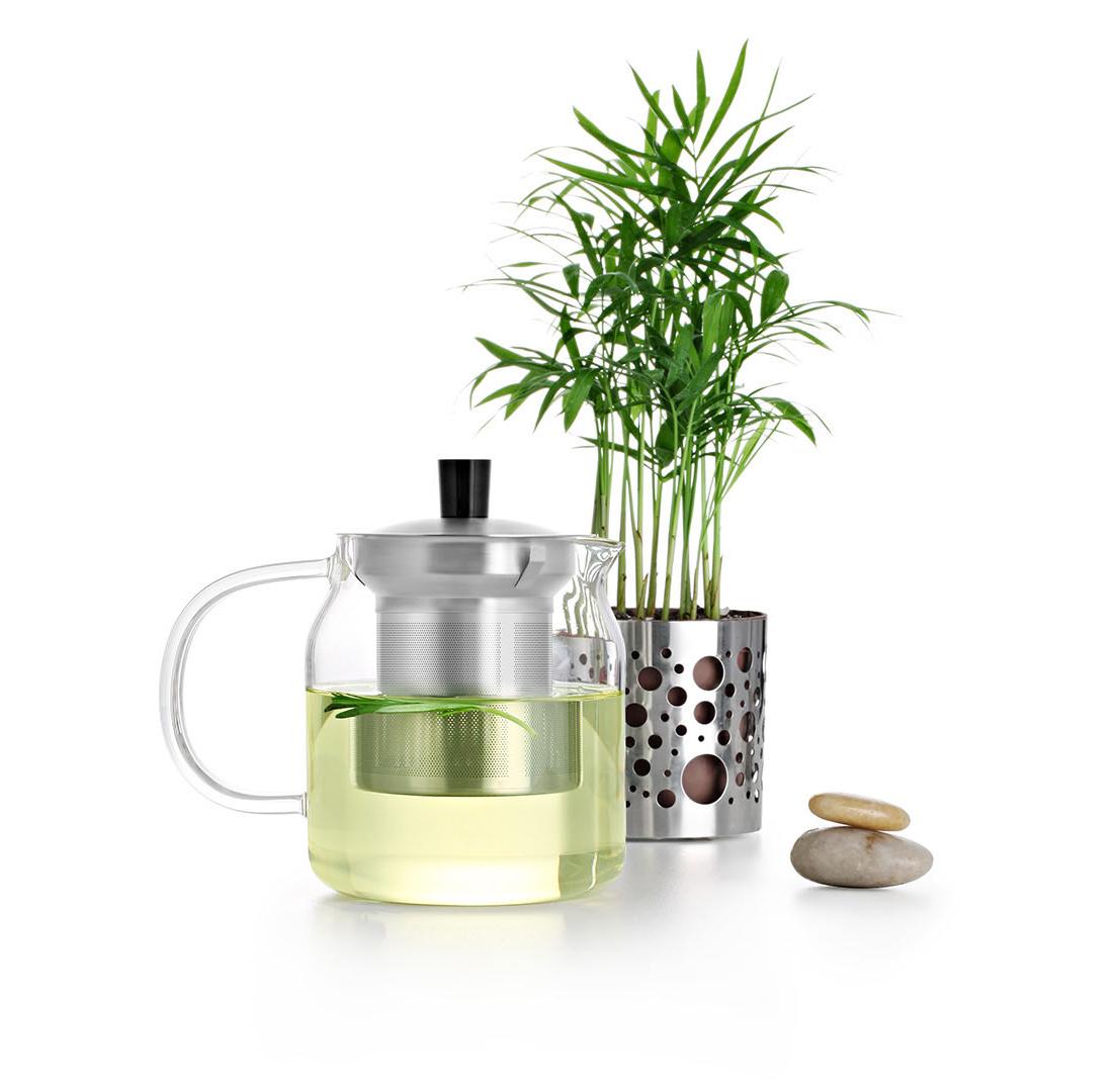 Чайник заварочный Samadoyo S-045, с металлическим ситом, 700 мл02019Новые чайники от SAMADOYO - привычный всем нам тип чайников, за исключением 3-х нюансов: 1.Удобство в использовании за счет тщательного продуманных мелочей 2.Радость в использовании за счет стильного дизайна 3.Долговечность использования за счет использования современных инновационных материалов Заварочный чайник с металлическим ситом S-045можно не только с комфортно использовать на работе или в офисе, но и взять с собой в путешествие, чтобы ваш любимый чай был всегда с вами! Чайник выполнен из высококачественного боросиликатного стекла и выдерживает температуры до 180 С, что позволяет не беспокоиться относительно слишком горячего кипятка. Чайник полностью прозрачен, что позволяет в любое время любоваться цветом чайного настоя. Заварочная колба выполнена из нержавеющей стали и имеет сеточку-фильтр со множеством отверстий, не забивающийся и предотвращающий попадание чаинок в настой. Держатель крышки выполнен из пластика, что позволяет избежать его нагрева от колбы, и как следствие ожог пальцев. Колба имеет три металлических фиксатора, которые прочно удерживают ее внутри чайника, и предохраняет ее выпадание при наливании чая. Колбу по необходимости можно купить отдельно. Несколько преимуществ именно этого чайника:•Стильный и прозрачный корпус - эстетическое наслаждение напитком •Колба из нержавеющей стали - всегда прекрасный внешний вид •Держатель крышки удобный и не нагревается- гарантия вашей безопасности •Специальные фиксаторы колбы - чай не разливается и не вываливается наружу •Чайник легко моется и долго остается исключительно чистым •Заменяемая колба – экономия ваших денег •Чайник очень легкий – его можно брать в поездки •Широкая стеклянная ручка - комфорт в использованииОбъем чайника: 700 мл.
