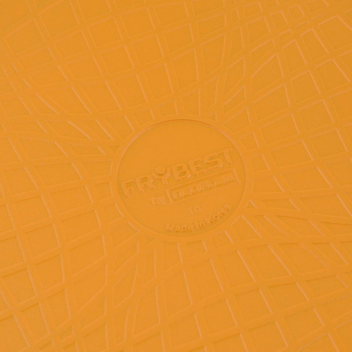 """Сковорода Frybest """"Rainbow"""" изготовлена по новейшей технологии из литого алюминия с  керамическим антипригарным покрытием Ecolon, в производстве которого  используются природные материалы безопасные для здоровья. Благодаря  специальному утолщенному дну сковорода равномерно распределяет тепло.   Непревзойденная прочность сковороды и устойчивость к царапинам позволяет  использовать металлические аксессуары при приготовлении пищи, а  эргономичная удлиненная ручка с силиконовым покрытием soft-touch имеет  оригинальное технологическое крепление к телу сковороды и всегда остается  холодной.  Изделие можно использовать на газовых, электрических и керамических плитах.  Не подходит для индукционных плит. Можно мыть в посудомоечной машине.  Диаметр (по верхнему краю): 26 см.  Высота стенки: 5,5 см.  Длина ручки: 21 см.  Толщина стенок: 3 мм. Толщина дна: 4 мм."""