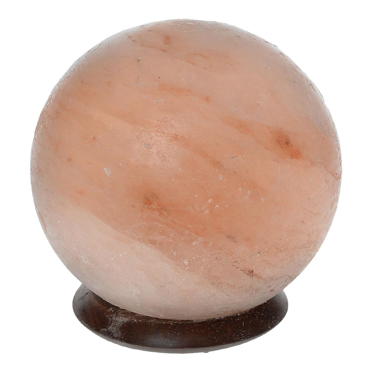 """Лампа Zenet """"Шар"""", изготовленная из природной каменной соли, имеет форму шара. Материал плафона лампы - натуральная гималайская соль из Пакистана. Соль в холодном состоянии обладает способностью поглощать влагу из воздуха, а при нагреве выделять влагу. Источником света в лампе служит электрическая лампочка (входит в комплект). Изделие имеет деревянную подставку.Солевая лампа станет не только прекрасным элементом интерьера, но и мягким природным ионизатором, который принесет в ваш дом красоту, гармонию и здоровье. Преимущества очищения воздуха каменной солью:- облегчение головной боли при мигрени, - повышение уровня серотонина в крови, - уменьшение тяжести приступов астмы, - укрепление иммунной системы и снижение уязвимости к простуде и гриппу. Напряжение: 220 В. Максимальная мощность: 15 Вт. Тип патрона: Е14.Высота лампы: 16 см. Диаметр: 14 см.Диаметр подставки: 10 см. Высота подставки: 2 см. Длина шнура: 190 см."""