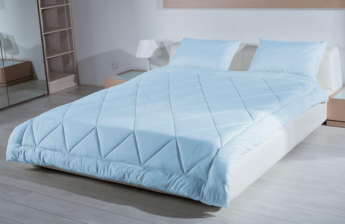 Одеяло Primavelle Bellissimo, наполнитель: кашгоры, цвет: голубой, 140 см х 205 см120796102Одеяло Primavelle Bellissimo - стильная и комфортная постельная принадлежность, которая подарит уют и позволит окунуться в здоровый и спокойный сон. Чехол одеяла выполнен из пуходержащего батиста голубого цвета с благородным глянцем и оформлен крупной квадратной стежкой. Двойная окантовка голубого чехла позволяет удерживать наполнитель внутри и сохраняет одеяло мягким и объемным долгое время. Внутри - наполнитель из отборной шерсти кашгоры. Шерсть проходит специальную обработку многофункциональным гигиеническим и противоаллергенным средством Antigard. Кассетное распределение шерсти в чехле позволяет одеялу принимать форму вашего тела, делая сон более комфортным и заключая вас в теплый кокон. Одеяло просто в уходе, подходит для машинной стирки, быстро сохнет. Упаковано в текстильную стеганую сумку с вышитым логотипом фирмы Primavelle. Материал чехла: батист (100% хлопок). Наполнитель: шерсть кашгоры (70% шерсть, 30% полиэфир). Размер: 140 см х 205 см. Режим стирки: сухая чистка.