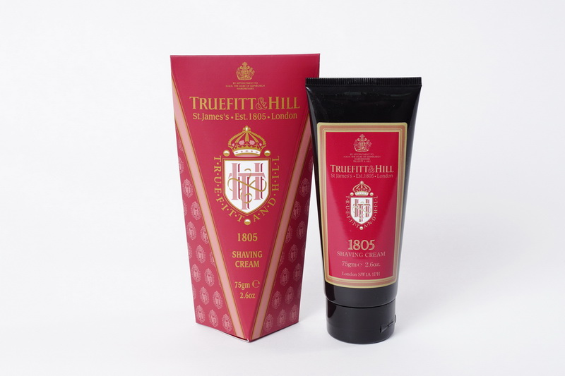 Truefitt&Hill Крем для бритья 1805 Shaving Cream ( в тюбике) 75 мл00054Основанный в 1805 году по назначению его Королевского Высочества, Герцога Эдинбургского, Принца Филиппа, Truefitt&Hill является привилегированной маркой Королевского Двора. Лёгкий, классический, современный аромат с лёгким, освежающим ароматом моря и чуть уловимыми нотами бергамота, кардамона, шалфея, мускатного ореха, лаванды,герани, мандарина сандалового дерева и кедра. Идея создания данного волнующего аромата восходит к оригинальной формуле. TRUEFITT&HILL Крем для бритья 1805 Shaving Cream. Белоснежно-жемчужная эмульсия шелковистой текстуры, легко взбивающаяся в пену. Преимущества: Образует густую пену, приподнимает, размягчает волоски и обеспечивает хорошее скольжение лезвия для идеального гладкого бритья. Глицерин мгновенно увлажняет и смягчает кожу. Подходит для чувствительной кожи