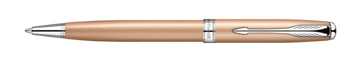 Parker Ручка шариковая Sonnet Pink Gold PVD CTPARKER-S0947290Вы себе представляете жизнь без ручки для письма? Сомневаюсь, что такоевозможно. Даже в наш век прогресса и развивающихся компьютерных технологийбез шариковой ручки никуда. Шариковая ручка наверное самый простой пример изразряда канцтовары. Придумали ее очень давно. По своим свойствам и удобностиона заменила гусиные перья и чернила.Механизм: поворотного действия Цвет корпуса: розовый Цвет чернил: Черный (другие продаются отдельно). Толщина корпуса: стандартная Корпус: легированная сталь. Отделка: металлизированное блестящее PVD-покрытие цвета розового золота свертикальной специальной полировкой, отдельные элементыдизайна - никеле- палладиевое покрытие. Размеры ручки: длина - 146 мм, максимальная ширина (диаметр) - 15 мм Цвет: розовое золото / хром. Особенности: используются стандартные стержни для шариковых ручек Parker.