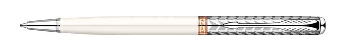 Parker Ручка шариковая Sonnet Slim Metal and PearlPARKER-S0947350Шариковая ручка Parker Sonnet Slim Feminine Collection 2011 Metal & Pearl изспециальной женской коллекции Sonnet Feminine. Материал ручки - ювелирнаялатунь с лаковым покрытием белого жемчужного цвета, в отделке применяетсярозовое золото, никеле-палладиевое покрытие на колпачке с оригинальнойгравировкой. В ручке используются стандартные шариковые стержни Parker, вкомплект поставки входит один стержень черного цвета. Данный пишущийинструмент обладает утонченным корпусом, всего 8 мм, и поставляется вфирменной подарочной коробке премиум-класса, что делает его превосходнымподарком для девушки. В комплекте идет гарантийный талон с международнойгарантией на 2 года. Механизм поворотного действия Длина 13.2 см Диаметр (max) 8 мм Цвет серебристый белый Цвет отделки серебристый Особенности используются стандартные шариковые стержни Parker Стержень в комплекте черный, M (средний) Комплектация: 1 стержень в ручке, подарочная коробка, гарантийный талон