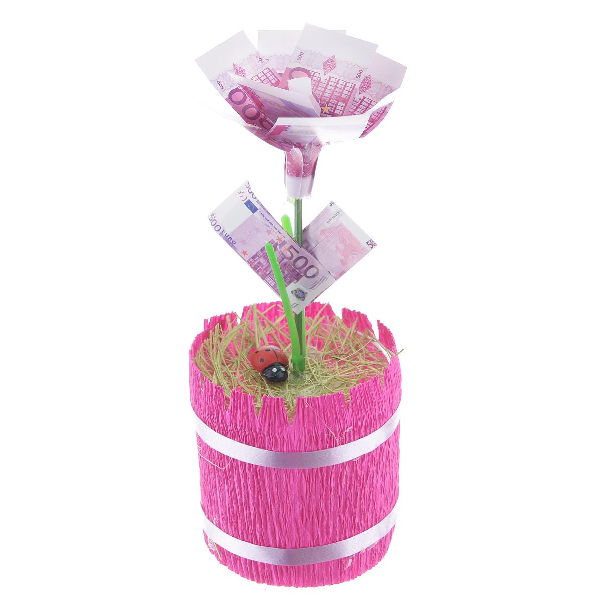 Денежный цветок Расцвет бизнеса. Евро, цвет: ярко-розовый, зеленый, белый89969Настольная композиция Расцвет бизнеса. Евро выполнена в виде симпатичного денежного цветка. На пластиковый стебель цветка насажены миниатюрные купюры достоинством в 500 евро. Цветок закреплен в стеклянном стакане-горшочке, оформленном гофрированной бумагой. У основания цветка расположена забавная божья коровка.Такой симпатичный денежный цветок будет отличным подарком к любому случаю! Высота цветка: 13,5 см. Диаметр цветка: 5,5 см.