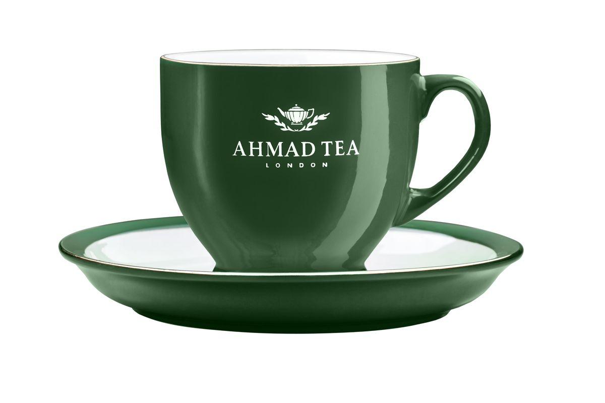 Чайная пара Ahmad Tea, цвет: темно-зеленый, белый, 2 предметаZ453Чайная пара Ahmad Tea состоит из чашки и блюдца, изготовленных из экологически чистой глазурованной керамики. Керамика - исключительно термостойкий, экологически чистый материал, сохраняющий все натуральные свойства воды и ее природный вкус, обладающий низкой теплопроводностью - напиток дольше остается горячим.Аристократичные чашки Ahmad Tea известны тем, что из них пьют чай знатоки клуба Что? Где? Когда?.Чайная пара Ahmad Tea станет отличным подарком для любителей чая. Дизайн изделий, несомненно, придется по вкусу и ценителям классики, и тем, кто предпочитает современный стиль.Изделия можно мыть в посудомоечной машине и использовать в микроволной печи. Объем чашки: 200 мл.Высота чашки: 7,5 см.Диаметр (по верхнему краю): 8,5 см.Диаметр блюдца: 15 см.Высота блюдца: 2 см.