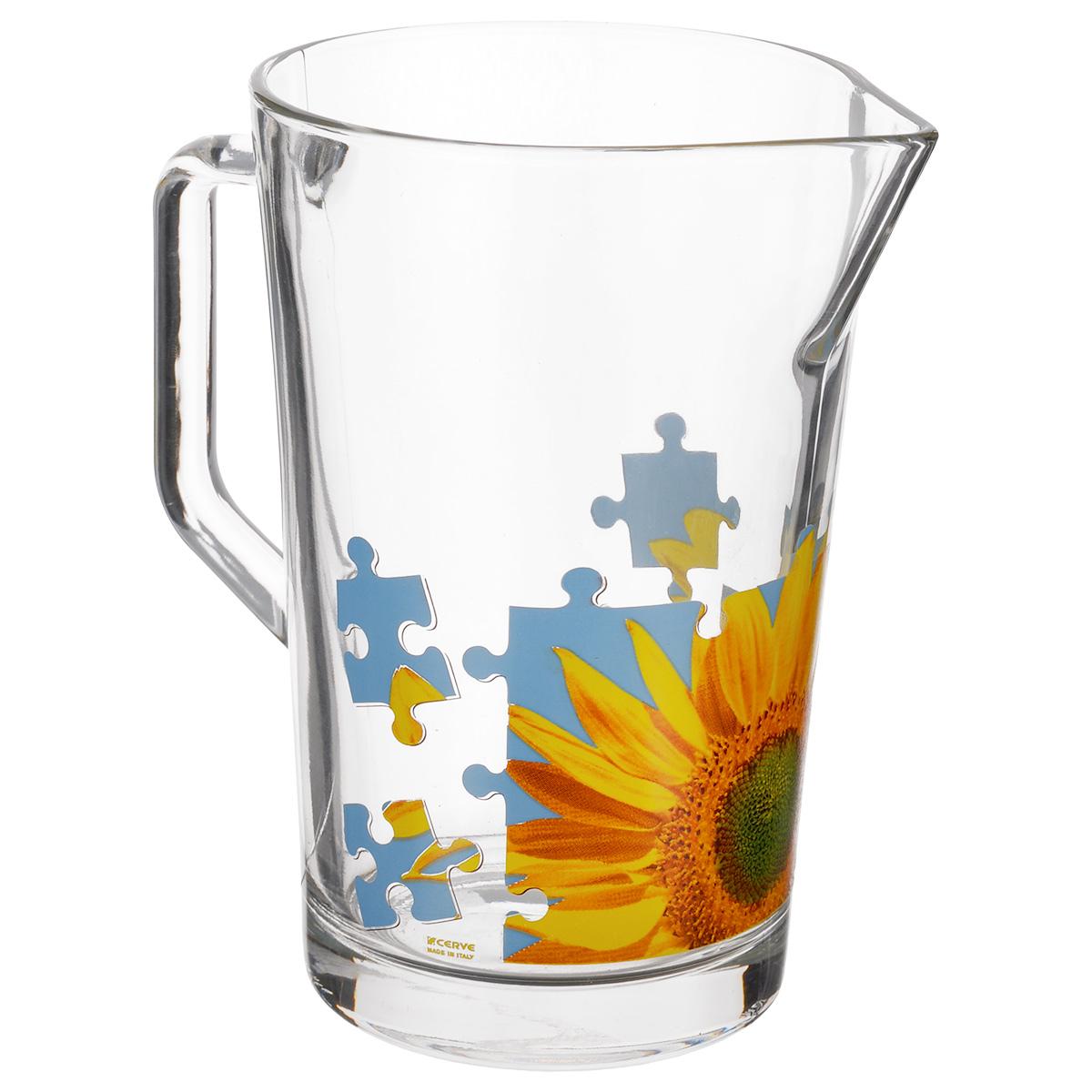 """Кувшин Cerve """"Пазл Подсолнух"""", выполненный из высококачественного стекла, оформлен изображением подсолнуха в виде пазла. Он оснащен удобной ручкой и прост в использовании, достаточно просто наклонить его и налить ваш любимый напиток. Изделие прекрасно подойдет для подачи воды, сока, компота и других напитков.  Кувшин Cerve """"Пазл Подсолнух"""" дополнит интерьер вашей кухни и станет замечательным подарком к любому празднику. Диаметр (по верхнему краю): 11,5 см. Высота кувшина: 18 см."""