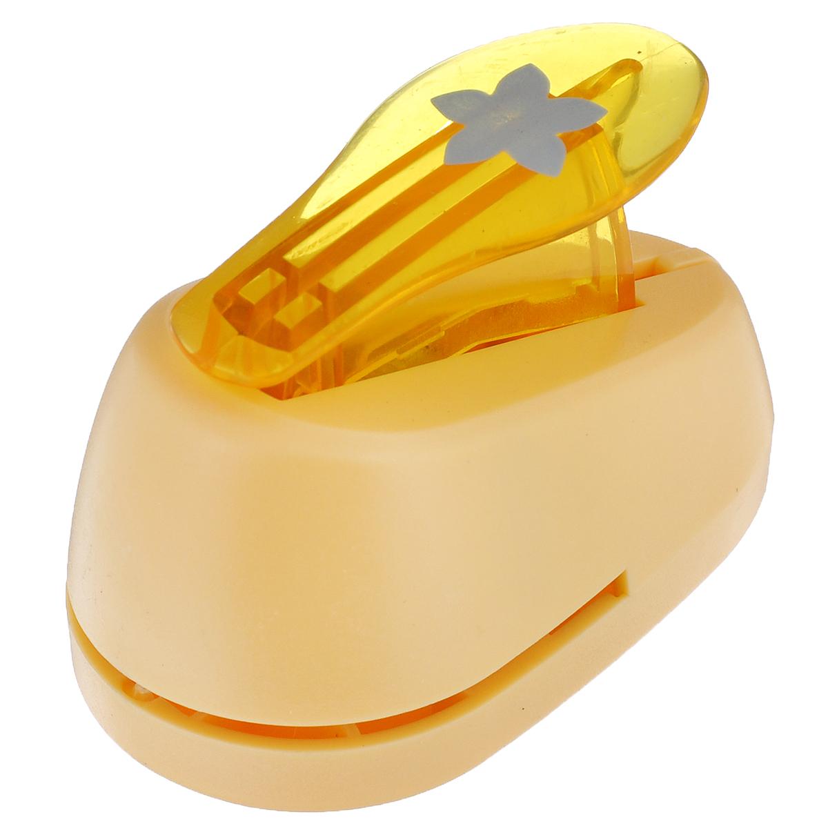 Дырокол фигурный Hobbyboom Цветок, №97, цвет: оранжевый, 1,8 смCD-99S-097_оранжевыйФигурный дырокол Hobbyboom Цветок предназначен для создания творческих работ в технике скрапбукинг. С его помощью можно оригинально оформить открытки, украсить подарочные коробки, конверты, фотоальбомы. Дырокол вырезает из бумаги идеально ровный цветок. Используется для прорезания фигурных отверстий в бумаге. Вырезанный элемент также можно использовать для украшения. Предназначен для бумаги определенной плотности - до 140 г/м2. При применении на бумаге большей плотности или на картоне дырокол быстро затупится. Чтобы заточить нож компостера, нужно прокомпостировать самую тонкую наждачку. Чтобы смазать режущий механизм - парафинированную бумагу. Порядок работы: вставьте лист бумаги или картона в дырокол и надавите рычаг. Диаметр вырезаемой части: 1,8 см.