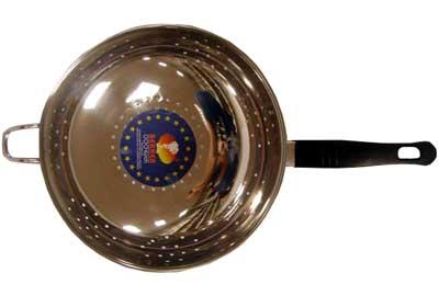 Дуршлаг Bekker BK-827, диаметр 22 смВК-827Дуршлаг Bekker плоской формы изготовлен из высококачественной нержавеющей стали и снабжен пластмассовой черной ручкой с подвеснымкрючком, что делает удобнымего использование. Такой дуршлаг идеален для процеживания ягод, спагетти, салата, овощей и других продуктов.Дуршлаг Bekker станет незаменимым аксессуаром на вашей кухне и придется по душе любой хозяйке.