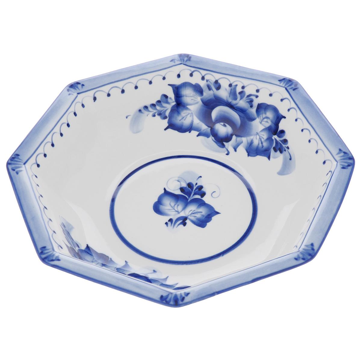 Салатник Европейский, цвет: белый, синий, 22 х 22 х 5 см993040122Салатник Европейский выполнен из высококачественного фарфора и декорирован росписью в технике гжель. Салатник сочетает в себе изысканный дизайн с максимальной функциональностью. Он прекрасно впишется в интерьер вашей кухни и станет достойным дополнением к кухонному инвентарю. Салатник не только украсит ваш кухонный стол и подчеркнет прекрасный вкус хозяйки, но и станет отличным подарком.Размер: 22 см х 22 см х 5 см.