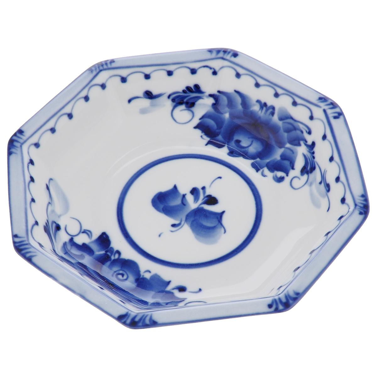 Салатник Европейский, цвет: белый, синий, 16 х 16 х 3 см993040141Салатник Европейский выполнен из высококачественного фарфора и декорирован росписью в технике гжель. Салатник сочетает в себе изысканный дизайн с максимальной функциональностью. Он прекрасно впишется в интерьер вашей кухни и станет достойным дополнением к кухонному инвентарю. Салатник не только украсит ваш кухонный стол и подчеркнет прекрасный вкус хозяйки, но и станет отличным подарком.Размер: 16 см х 16 см х 3 см.