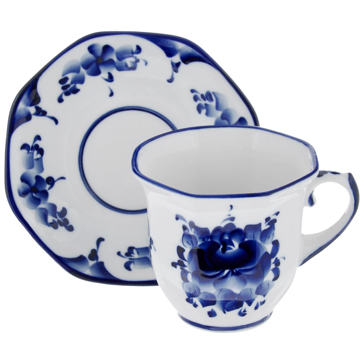 Чайная пара Граненая, цвет: белый, синий, 2 предмета. 993066411993066411Чайная пара Граненая состоит из чашки и блюдца, изготовленных из фарфора белого цвета, и расписаны вручную. Яркий дизайн, несомненно, придется вам по вкусу.Чайная пара Граненая украсит ваш кухонный стол, а также станет замечательным подарком к любому празднику.Не применять абразивные чистящие средства. Не использовать в микроволновой печи. Мыть с применением нейтральных моющих средств. Не рекомендуется использовать в посудомоечных машинах.Объем чашки: 300 мл.Диаметр чашки по верхнему краю: 10 см.Диаметр основания: 5 см.Высота чашки: 8,5 см.Диаметр блюдца: 15 см.