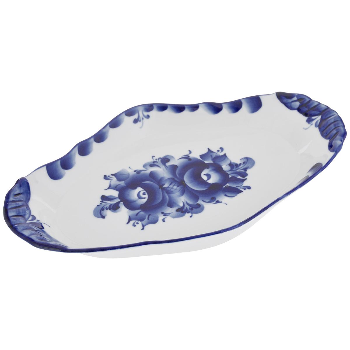 Блюдо Среднее, цвет: белый, синий, 27 см х 16 см. 993011301993011301Блюдо Среднее, изготовленное из фарфора, доставит истинное удовольствие ценителям прекрасного. Блюдо выполнено в стиле гжель и расписано вручную. Яркий дизайн, несомненно, придется вам по вкусу.Блюдо Среднее украсит ваш кухонный стол, а также станет замечательным подарком к любому празднику.Не применять абразивные чистящие средства. Не использовать в микроволновой печи. Мыть с применением нейтральных моющих средств. Не рекомендуется использовать в посудомоечных машинах.Размеры блюда: 27 см х 16 см х 3 см.