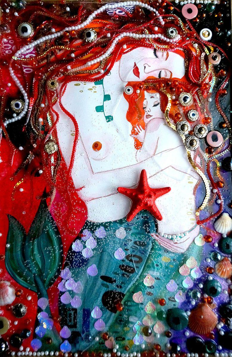 Авторская объемная картина. Русалки. Ассамбляж. По мотивам работ Г. Климта, размер 70 х 50 см. Художник Ирина БастАОКАРГККартина Русалки по мотивам работ Густава Климта относит нас в мир сладких фантазий, чарующего сна, сказки. Прекрасные нимфы с холодной фарфоровой кожей. Холодные жительницы подводного мира с развевающимися ярко-рыжими волосами, в которых переливаются солнечные блики.Прекрасная мама-русалка и ее златовласая малышка. Спокойствие, гармония, любовь и нежность... Картина буквально светится и переливается красивыми оттенками янтарного, золотого, бронзового, оранжевого, красного, медного, телесного, карамельного. Малиновый, пунцовый, кирпичный цвета добавляют волосам русалок объем. Вкусные тона дополняют холодные серебристо-голубые тона с перламутровым отливом. Оттеняют их контрастные черный, кофейный, фиолетовый оттенки. На картине разные фактуры и тона переплетаются с фигурами и украшениями, что создает особый колорит и глубину.Картина создана в смешанной технике акварелью, объемными декоративными элементами и специальным гелем, имитирующим воду. В работе также применены красивые ракушки. Добавлены крупные резные бусины и стеклянные шарики. Украшена картина яркой морской звездой.Картина переливается при попадании солнечного света.Картина объемная, глубина достигает 3 см. Специальный гель, используемый только в моих работах, 100% имитирует прозрачную воду с гладкими пузырями. Эта вода очень приятная на ощупь.При просмотре картины создается впечатление, как будто русалка окутана водой как вуалью.Картина не требует дополнительного оформления, ее сразу можно повесить на стену и любоваться.Картина не требует дополнительной защиты, ее достаточно повесить на стену. Оформления не нужно. Ронять не рекомендуется.
