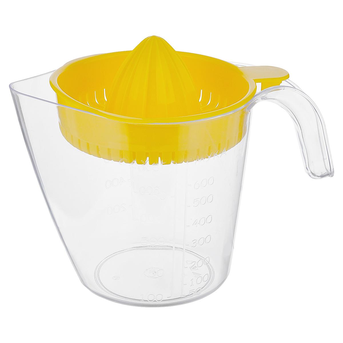 """Ручная соковыжималка для цитрусовых """"Альтернатива"""", изготовленная из пластика, станет полезным аксессуаром на любой кухне. Она идеально подойдет для мелких и крупных цитрусовых фруктов. Достаточно разрезать фрукты пополам, зафиксировать на держателе и покрутить. Сок выливается в мерный стакан, входящий в комплект. Простая и удобная в использовании соковыжималка """"Альтернатива"""" займет достойное место среди кухонного инвентаря. Размер соковыжималки: 16 см х 13,5 см х 6 см.Объем мерного стакана: 1,1 л.Диаметр стакана по верхнему краю: 13 см.Высота стакана: 13,5 см."""