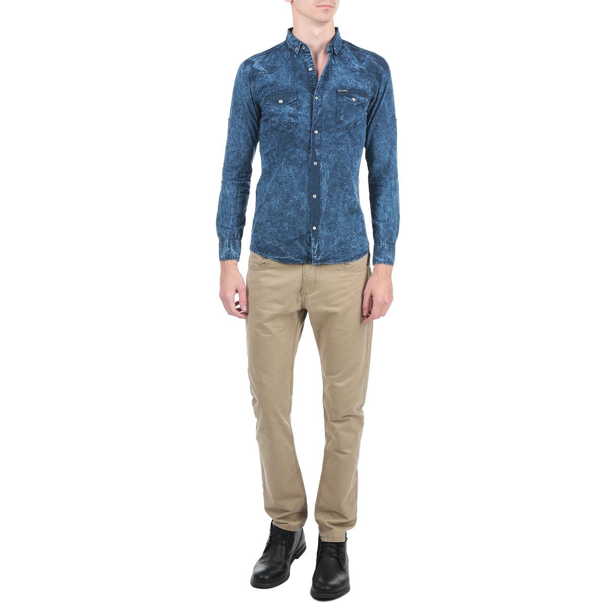 Рубашка мужская Rodney, цвет: деним. 1022_24. Размер L (50)1022_24Мужская рубашка Rodney, выполненная из высококачественного 100% хлопка, обладает высокой теплопроводностью, воздухопроницаемостью и гигроскопичностью, позволяет коже дышать, тем самым обеспечивая наибольший комфорт при носке. Модель прямого кроя с отложным воротником, длинными рукавами и полукруглым низом застегивается на пуговицы. Рубашка оформлена оригинальным принтом и на груди дополнена накладными карманами с клапанами на пуговицах. Рукава при желании можно подвернуть до локтя и зафиксировать при помощи хлястиков на пуговицах. Такая рубашка подчеркнет ваш вкус и поможет создать великолепный стильный образ.