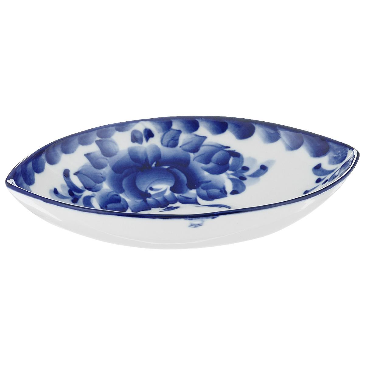 Салатник Лодочка, цвет: белый, синий, 18 х 13 х 4 см993041242Салатник выполнен из высококачественной керамики в виде лодочки и украшен гжельской росписью. Изделие доставит истинное удовольствие ценителям прекрасного. Яркий дизайн, несомненно придется вам по вкусу.Салатник Лодочка украсит ваш кухонный стол, а также станет замечательным подарком к любому празднику.Обращаем ваше внимание, что роспись на изделие сделана вручную. Рисунок может немного отличаться от изображения на фотографии. Размер салатника: 18 см х 13 см х 4 см.