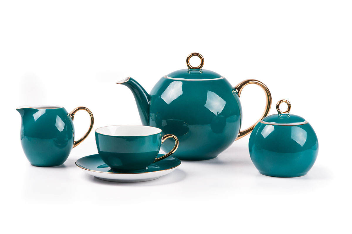 Monalisa 3123 чайный сервиз 15 пр, цвет: бирюзовый с золотом559511 3123Чайник 1 л, сахарница 230мл, молочник 230мл, чайная пара 210 мл *6 штук. Фарфор фабрики Tunisie Porcelaine, производится в Тунисе из знаменитой своим качеством и белизной глины, добываемой во французской провинции Лимож.Преимущества этого фарфора заключаются в устойчивости к сколам и трещинам, что возможно благодаря двойному термическому обжигу. Европейский дизайн, декор и формы обеспечиваются за счет тесного сотрудничества фабрики с ведущими мировыми дизайн-бюро такими как: Nelly Reynal, Yves De la Rosiere, Sarah Anderson, Heracles. Материал: фарфор: цвет: бирюзовый с золотом Серия: MONALISA
