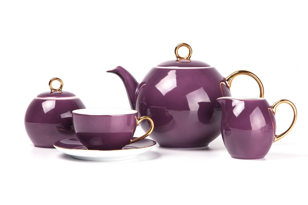Monalisa 3124 чайный сервиз 15 пр, цвет: фиолетовый с золотом559511 3124Чайник 1 л, сахарница 230мл, молочник 230мл, чайная пара 210 мл *6 штук . Фарфор фабрики Tunisie Porcelaine, производится в Тунисе из знаменитой своим качеством и белизной глины, добываемой во французской провинции Лимож.Преимущества этого фарфора заключаются в устойчивости к сколам и трещинам, что возможно благодаря двойному термическому обжигу. Европейский дизайн, декор и формы обеспечиваются за счет тесного сотрудничества фабрики с ведущими мировыми дизайн-бюро такими как: Nelly Reynal, Yves De la Rosiere, Sarah Anderson, Heracles. Материал: фарфор: цвет: фиолетовый с золотомСерия: MONALISA