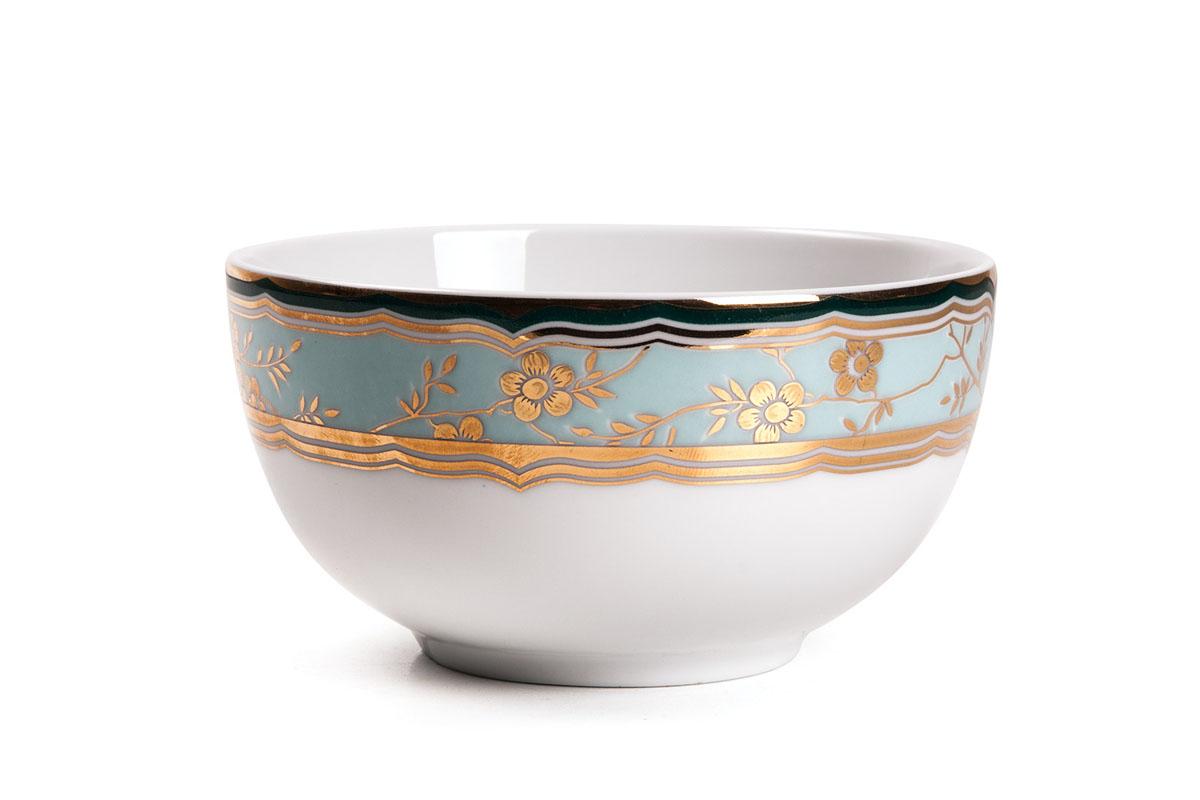 Салатник La Rose Des Sables Zen, диаметр 11 см613911 2130Салатник La Rose Des Sables Zen - прекрасное дополнение праздничного стола. Изделие выполнено из высококачественного фарфора и украшено золотистой эмалью с изысканным цветочным орнаментом. Фарфор марки La Rose Des Sables изготавливается из уникальной белой глины, которая добывается во Франции, в знаменитой провинции Лимож. Особые свойства этой глины, открытые еще в 18 веке, позволяют создать удивительно тонкую, легкую и при этом прочную посуду. Лиможский фарфор известен по всему миру. Это символ утонченности, аристократизма и знак высокого вкуса. Продукция импортируется в европейские страны и производится под брендом La Rose des Sables, что в переводе означает Роза песков. Преимущества этого фарфора заключаются в устойчивости к сколам и трещинам, что возможно благодаря двойному термическому обжигу. Посуда имеет маркировку Pate de Limoges, подтверждающую, что сырье для ее изготовления добыто именно в провинции Лимож, а качество соответствует европейским стандартам. Производство расположено в Тунисе. Коллекции бренда La Rose Des Sables самые разнообразные, от изделий в лаконичном и современном дизайне - отличный выбор на каждый день, до роскошной посуды с позолотой - для особого случая и праздничной сервировки стола. Диаметр салатника (по верхнему краю): 11 см. Высота салатника: 6 см.