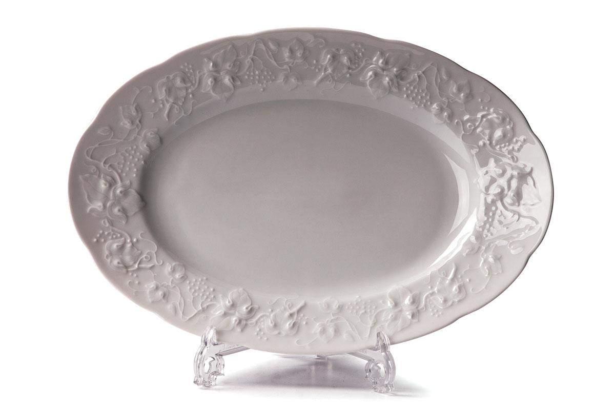 """Овальное блюдо La Rose Des Sables """"Vendanges"""" - прекрасное дополнение праздничного стола. Изделие выполнено из высококачественного фарфора и украшено изысканным рельефом.  Фарфор марки La Rose Des Sables изготавливается из уникальной белой глины, которая добывается во Франции, в знаменитой провинции Лимож. Особые свойства этой глины, открытые еще в 18 веке, позволяют создать удивительно тонкую, легкую и при этом прочную посуду.  Лиможский фарфор известен по всему миру. Это символ утонченности, аристократизма и знак высокого вкуса. Продукция импортируется в европейские страны и производится под брендом """"La Rose des Sables"""", что в переводе означает """"Роза песков"""". Преимущества этого фарфора заключаются в устойчивости к сколам и трещинам, что возможно благодаря двойному термическому обжигу.  Посуда имеет маркировку """"Pate de Limoges"""", подтверждающую, что сырье для ее изготовления добыто именно в провинции Лимож, а качество соответствует европейским стандартам. Производство расположено в Тунисе.  Коллекции бренда """"La Rose Des Sables"""" самые разнообразные, от изделий в лаконичном и современном дизайне - отличный выбор на каждый день, до роскошной посуды с позолотой - для особого случая и праздничной сервировки стола."""