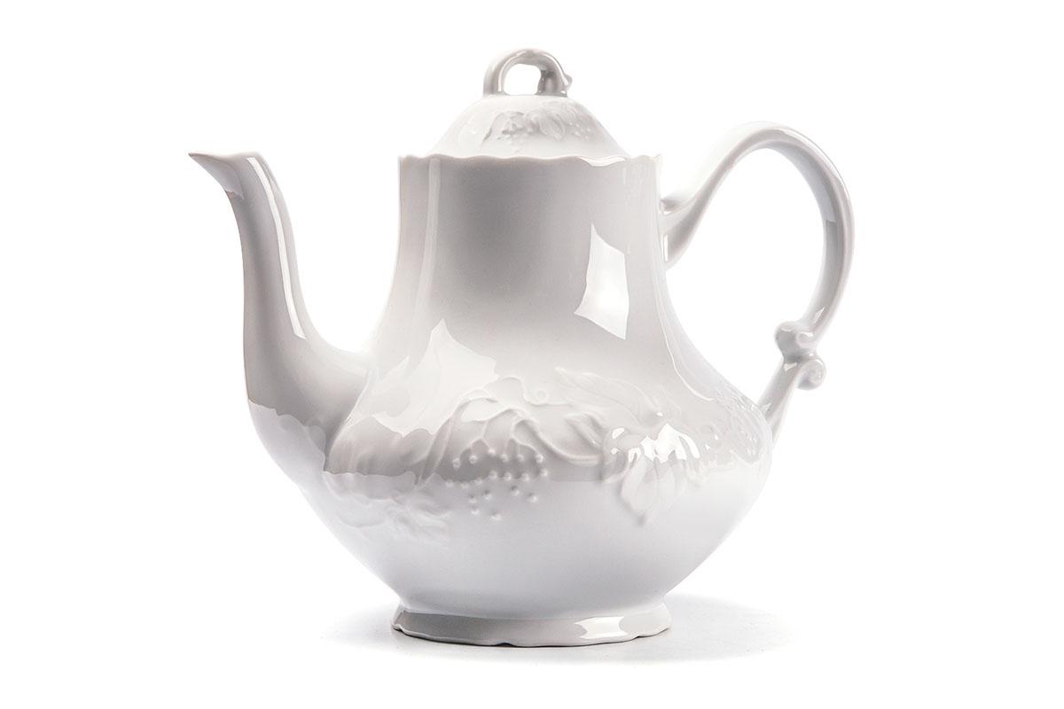 Чайник заварочный La Rose des Sables Vendanges, 1 л693110Заварочный чайник La Rose des Sables Vendanges выполнен из высококачественного тунисского фарфора, изготовленного из уникальной белой глины. На всех изделиях La Rose des Sables можно увидеть маркировку Pate de Limoges. Это означает, что сырье для изготовления фарфора добывают во французской провинции Лимож, и качество соответствует высоким европейским стандартам. Все производство расположено в Тунисе. Особые свойства этой глины, открытые еще в 18 веке, позволяют создать удивительно тонкую, легкую и при этом прочную посуду. Благодаря двойному термическому обжигу фарфор обладает высокой ударопрочностью, стойкостью к сколам и трещинам, жаропрочностью и великолепным блеском глазури. Коллекция Vendanges - это изысканная классика, дополненная нежным рельефом в виде гроздей винограда. Эта белая фарфоровая посуда станет настоящим украшением вашего стола. Прекрасный вариант как для праздничной, так и для повседневной сервировки стола. Можно использовать в СВЧ печи и мыть в посудомоечной машине.