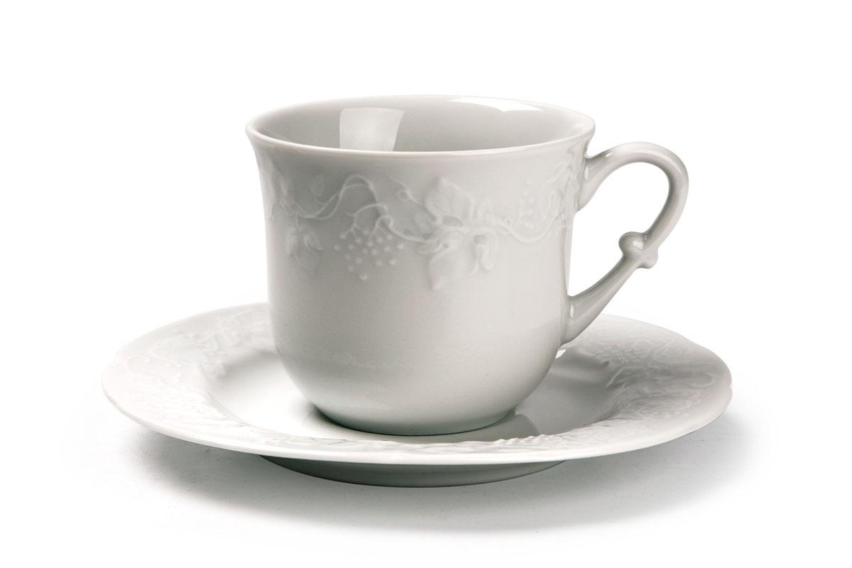 Чайная пара La Rose Des Sables Vendanges, цвет: белый, 2 предмета693520Чайная пара La Rose Des Sables Vendanges состоит из чашки и блюдца. Изделия выполнены из высококачественного фарфора и украшены изысканным рельефом. Фарфор марки La Rose Des Sables изготавливается из уникальной белой глины, которая добывается во Франции, в знаменитой провинции Лимож. Особые свойства этой глины, открытые еще в 18 веке, позволяют создать удивительно тонкую, легкую и при этом прочную посуду. Лиможский фарфор известен по всему миру. Это символ утонченности, аристократизма и знак высокого вкуса. Продукция импортируется в европейские страны и производится под брендом La Rose des Sables, что в переводе означает Роза песков. Преимущества этого фарфора заключаются в устойчивости к сколам и трещинам, что возможно благодаря двойному термическому обжигу. Посуда имеет маркировку Pate de Limoges, подтверждающую, что сырье для ее изготовления добыто именно в провинции Лимож, а качество соответствует европейским стандартам. Производство расположено в Тунисе. Коллекции бренда La Rose Des Sables самые разнообразные, от изделий в лаконичном и современном дизайне - отличный выбор на каждый день, до роскошной посуды с позолотой - для особого случая и праздничной сервировки стола. Объем чашки: 200 мл. Диаметр чашки (по верхнему краю): 8 см. Высота чашки: 7 см. Диаметр блюдца: 15 см.