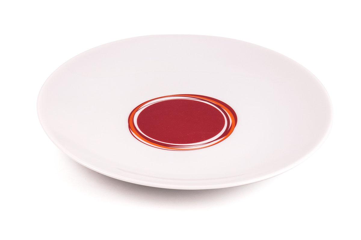 Тарелка десертная La Rose Des Sables Monalisa, цвет: белый, красный, диаметр 21 см720121 0540Десертная тарелка La Rose Des Sables Monalisa - прекрасное дополнение праздничного стола. Изделие выполнено из высококачественного фарфора и украшено изысканным абстрактным узором. Фарфор марки La Rose Des Sables изготавливается из уникальной белой глины, которая добывается во Франции, в знаменитой провинции Лимож. Особые свойства этой глины, открытые еще в 18 веке, позволяют создать удивительно тонкую, легкую и при этом прочную посуду. Лиможский фарфор известен по всему миру. Это символ утонченности, аристократизма и знак высокого вкуса. Продукция импортируется в европейские страны и производится под брендом La Rose des Sables, что в переводе означает Роза песков. Преимущества этого фарфора заключаются в устойчивости к сколам и трещинам, что возможно благодаря двойному термическому обжигу. Посуда имеет маркировку Pate de Limoges, подтверждающую, что сырье для ее изготовления добыто именно в провинции Лимож, а качество соответствует европейским стандартам. Производство расположено в Тунисе. Коллекции бренда La Rose Des Sables самые разнообразные, от изделий в лаконичном и современном дизайне - отличный выбор на каждый день, до роскошной посуды с позолотой - для особого случая и праздничной сервировки стола. Диаметр тарелки: 21 см. Высота стенки: 2 см.