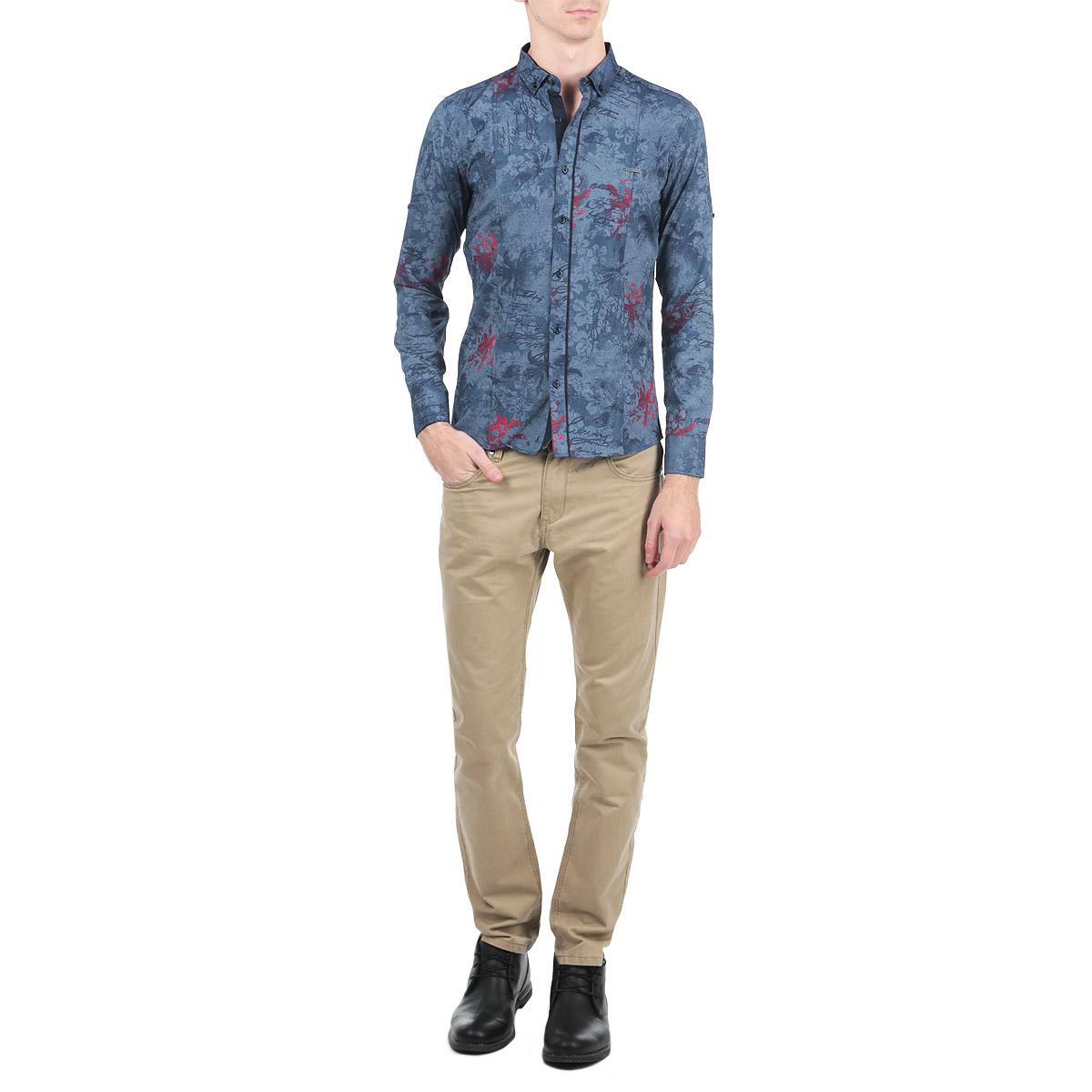 Рубашка мужская Rodney, цвет: джинсовый. 1002_24. Размер L (50)1002_24Мужская рубашка Rodney, выполненная из высококачественного плотного 100% хлопка, обладает высокой теплопроводностью, воздухопроницаемостью и гигроскопичностью, позволяет коже дышать, тем самым обеспечивая наибольший комфорт при носке. Модель прямого кроя с отложным воротником, длинными рукавами и полукруглым низом застегивается на пуговицы. Рубашка оформлена оригинальным цветочным принтом и на груди дополнена металлической нашивкой с названием бренда. Рукава при желании можно подвернуть до локтя и зафиксировать при помощи хлястиков на пуговицах. Такая рубашка подчеркнет ваш вкус и поможет создать великолепный стильный образ.