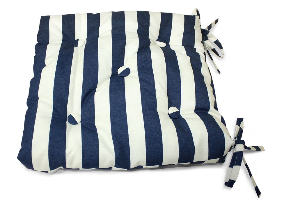 Подушка на стул Виго, цвет: синий, белый, 40 см х 40 смUN112017640Подушка на стул Виго выполнена из хлопка и полиэстера с полосатым принтом, наполнена мягким полиэфиром и украшена пятью декоративными пуговицами, обтянутыми тканью. Подушка легко крепится к стулу с помощью четырех завязок. Длина каждой завязки: 32 см. Чехол несъемный.Правильно сидеть - значит сохранить здоровье на долгие годы. Жесткие сидения подвергают наше здоровье опасности. Подушка с наполнителем из полиэфира поможет предотвратить многие беды, которыми грозит сидячий образ жизни.