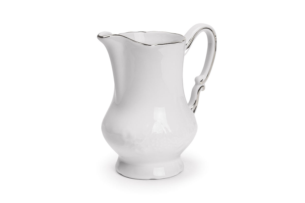 Молочник La Rose Des Sables Vendanges, цвет: белый, серебристый, 220 мл6930220019Молочник La Rose Des Sables Vendanges изготовлен из высококачественного фарфора. Украшен рельефным изображением цветов. Предназначен для подачи сливок и молока. Элегантный молочник изящного, но в тоже время простого дизайна, станет прекрасным украшением стола к чаепитию. Не использовать в СВЧ и посудомоечной машине.Размер молочника (по верхнему краю): 7 см х 5,5 см.Высота молочника: 11,5 см.Объем молочника: 220 мл.