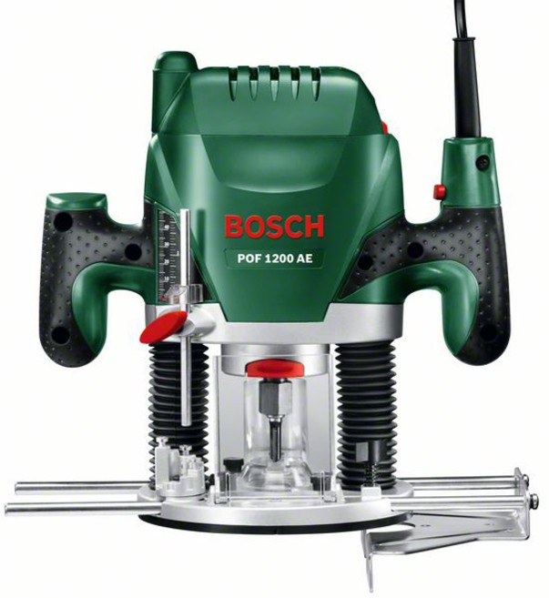 Фрезеровальная машина Bosch POF 1200 AE (060326A100)POF 1200 AE вертикальная фрезерная машинаВертикальная фрезерная машина POF1200AE от Bosch универсальна в применении. С ней домашние мастера смогут фрезеровать пазы, обрабатывать кромки или даже вырезать фасонные элементы — при этом всегда с неизменно высокой точностью и комфортом. Мощный двигатель 1200Вт позволит справиться даже с самыми сложными задачами по обработке древесины любой породы и гарантирует постоянную производительность работы. Посредством управляющей электроники с регулировочным колесиком и выключателем с функцией акселератора можно настраивать частоту вращения в точном соответствии с тем или иным материалом, а встроенная блокировка шпинделя обеспечивает быструю и простую замену фрез. Кроме того, система SDS от Bosch гарантирует простую установку копировальной втулки без использования дополнительного инструмента. Универсальная фрезерная машина POF1200AE от Bosch устанавливает новые стандарты по своей производительности, удобству обращения и оснащению.Вертикальная фрезерная машина от Bosch предлагает домашнему мастеру ряд технических преимуществ, делающих процесс фрезерования легче. Двигатель 1200 Вт обеспечит необходимое приводное усилие при обработке древесины любой породы. Посредством управляющей электроники с регулировочным колесиком и выключателем с функцией акселератора частота вращения настраивается таким образом, что обеспечивается неизменно точная обработка различных материалов — в диапазоне от 11 000 до 28 000 об/мин. Здесь же стоит отметить функцию блокировки шпинделя для быстрой и простой замены фрез, многоступенчатый револьверный ограничитель глубины и систему SDS для установки копировальной втулки без использования дополнительного инструмента. В комплект вертикальной фрезерной машины серийно входят параллельный упор, копировальная втулка, переходник для пылесоса, три зажимные цанги, а также по одной фрезе и центрирующему штифту. Из принадлежностей можно докупить дополнительные сменные ин