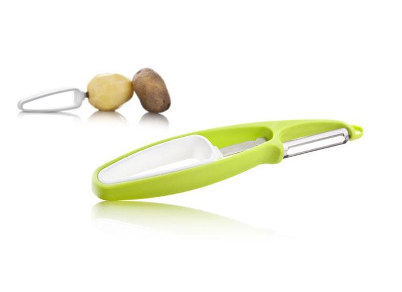 """Овощечистка """"VacuVin"""" состоит из держателя и ножа для чистки. Рукоятки приборов выполнены из прочного пластика, лезвия - из высококачественной стали. Держатель нужно воткнуть в овощ или фрукт, а нож для чистки легко счистит с него шкурку. За счет использования держателя, чистка становится быстрее и безопаснее. Для хранения две части можно сложить вместе. На ноже есть специальный крючок для удаления небольших дефектов, например, глазков с картофеля. Овощечистка подходит для всех твердых овощей и фруктов таких, как картофель, морковь, свекла, яблоки и груши.     Характеристики:Материал: пластик, сталь. Размер держателя: 12 см х 2,5 см х 2 см. Размер ножа: 19 см х 3 см х 2 см. Артикул: 4660660."""
