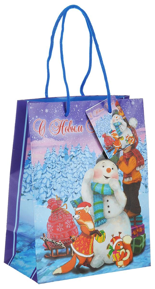 """Подарочный пакет Феникс-презент """"Мальчик и снеговик"""", изготовленный из плотной бумаги, станет незаменимым дополнением к выбранному подарку. Дно изделия укреплено картоном, который позволяет сохранить форму пакета и исключает возможность деформации дна под тяжестью подарка. Пакет выполнен с глянцевой ламинацией, что придает ему  прочность, а изображению - яркость и насыщенность цветов. Для удобной переноски  на пакете имеются две ручки из шнурков. Подарок, преподнесенный в оригинальной упаковке, всегда будет самым эффектным  и запоминающимся. Окружите близких людей вниманием и заботой, вручив презент в  нарядном, праздничном оформлении.  Размер: 17,8 см х 22,9 см х 9,8 см."""